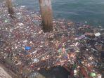 istimewa-sampah-di-siring-laut-waktu-pagi.jpg