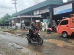 jalan-jermani-husin-rusak-di-desa-lok-bangkai-banjang-kabupaten-hsu-kalsel-sabtu-02102021.jpg