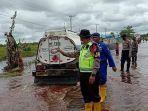 jalan-terendam-di-desa-bukitrawi-kecamatan-kahayan-tengah-ndara-dibantu-petugas.jpg