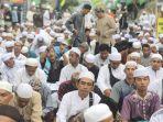 jemaah-haul-ke-15-guru-sekumpul-sedang-melaksanakan-sholat-magrib-di-kawasan-sekumpul1.jpg