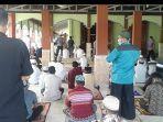 jemaah-melaksanakan-salat-jumat-di-masjid-jami-dan-terlihat-menjaga-jarak-satu-jama.jpg