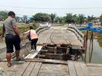 jembatan-kayu-di-rt-06-puntik-tengah-kecamatan-mandastana-kabupaten-batola-yang-jebol.jpg