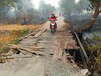 jembatan-kayu-satu-satunya-menuju-desa-jejangkit-timur-di-rt-di-rt-03-dan-rt-04.jpg