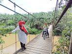 jembatan-paringin-ditutup-pengendara-lewat-jembatan-gantung-selasa-28092021.jpg