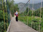 jembatan-pelangi-di-desa-nateh-sering-dijadikan-tempat-berfoto-pengunjung.jpg
