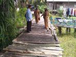 jembatan-titian-di-kelurahan-marang-kecamatan-bukit-batu-palangkaraya.jpg