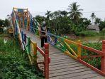 jembatan-warna-warni-di-desa-padang-tanggul.jpg