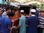 jenazah-almarhum-muhammad-rizky-tiba-di-rumah-orangtuanya-di-loktabat-banjarbaru_20170503_152533.jpg
