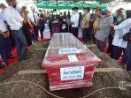 jenazah-co-pilot-pesawat-nam-air-fadly-satrianto-korban-sriwijaya-air-sj-182-saat-dimakamkan.jpg