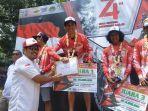 juara-1-event-enduro-independece-day-2019-zainal-fanani-mendapatkan-hadiah.jpg