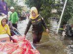 jurmiah-anggota-dprd-batola-ke-lokasi-banjir-di-desa-terantang-dan-semangat-dalam-serahkan-bantuan.jpg