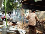 juru-masak-di-posko-taman-bunga-asri-sibuk-memasak-nasi-samin.jpg
