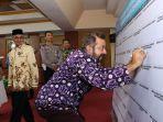 kadis-kominfo-kabupaten-banjar-hm-farid-soufian-menandatangani-komitmen.jpg
