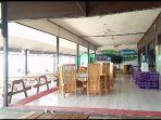 kafetaria-dari-kafetaria-ini-pengunjung-bisa-menikmati-deburan-ombak-di-p.jpg