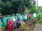 kalangan-guru-sdn-angsau-5-pelaihari-gotong-royong-membersihkan-lingkungan-sekolah.jpg