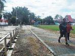 kalselpedia-jalur-jalan-bertabur-bebatuan-kecil-di-lapangan-pahlawan-amuntai-12082021.jpg