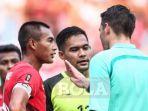 kapten-tim-nasional-u-23-indonesia-hansamu-yama-berdiskusi-dengan-wasit-shaun-evans_20180824_220014.jpg