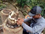 karyawan-bank-sampah-hss-membuat-miniature-rumah-dari-kayu-di-atas-batang-kayu.jpg