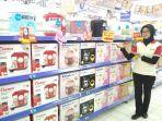 karyawan-hypermart-menunjukan-produk-rice-cooker_20171113_210411.jpg