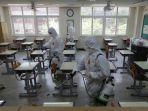 kegiatan-penyemprotan-disinfektan-di-sebuah-sekolah-di-korea-selatan.jpg