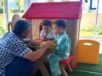 keluarga-asal-turki-betah-berada-di-kids-library-perpustakaan-palnam-banjarmasin2_wm.jpg