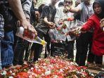 keluarga-dan-kerabat-menghadiri-prosesi-pemakaman-korban-demo-ricuh-akbar-alamsyah.jpg