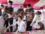 keluarga-yudhoyono-menaburkan-bunga-anggrek-ke-makam-ibu-ani-yudoyono.jpg