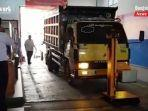 kendaraan-angkutan-barang-masuk-fasilitas-pemeriksaan-di-kabupaten-tala-kalsel-20062021.jpg