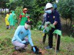 kepala-balitbangda-kabupaten-balangan-aidinnor-menanam-pohon-di-kebun-raya-29112020.jpg