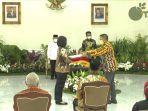 kepala-dinas-pertanian-kabupaten-kotabaru-hairuddin-terima-penghargaan-di-istana-wakil-presiden.jpg