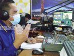 kepala-radio-suara-tabalong-abdul-halim-menyiarkan-perkembangan-daerah-kabupaten-tabalong.jpg