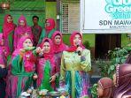 kepala-sekolah-sdn-mawar-7-banjarmasin-mengenalkan-jajanan-tradisional-khas-banjarmasin_20180922_125526.jpg