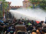 kepolisian-menyemprotkan-water-cannon-ke-arah-kerumunan-massa.jpg