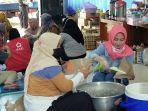 kesibukan-para-relawan-di-dapur-umum-dinsos-banjarbaru.jpg