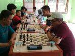 ketua-percasi-kalsel-m-amin-baju-merah-kanan-event-kejuaraan-catur-intern.jpg