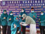 ketua-tp-pkk-kabupaten-banjar-hj-nurgita-tyas-saidi-semangati-anggotanya-vaksinasi-rabu-31032021.jpg