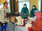 ketua-tp-pkk-kota-banjarbaru-vivi-mari-zubedi-berbincang-dengan-peserta-vaksinasi-02.jpg