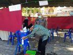 kh-khalilurrahman-mantan-bupati-banjar-menyalurkan-hak-pilihnya-di-tps-07-desa-tanjung-rema.jpg