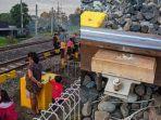 kolase-foto-aktivitas-warga-di-pinggir-rel-dan-bekas-batu-yang-diletakkan-di-rel-kereta-api.jpg