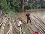 komunitas-jelajah-tabalong-melakukan-persiapan-membuat-lanting-di-sungai-tabalong-rabu-2032019.jpg