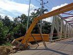 kondisi-portal-jembatan-paringin-miring-dan-hanya-ditahan-dua-batang-bambu-sebagai-penyangga.jpg