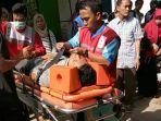 korban-ditandu-saat-evakuasi-pasca-terjatuh_20181015_125809.jpg