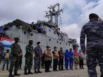 kri-teluk-hading-538-pembawa-logistik-bantuan-untuk-korban-banjir.jpg