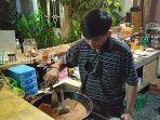 kuliner-kalsel-barista-membuat-kopi-turki-menggunakan-pasir-di-warung-kopi-karoma-banjarbaru.jpg