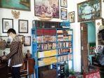 kuliner-kalsel-dinding-kafe-tempoe-doeloe-di-kota-rantau-banyak-buku-dan-barang-antik-18082021.jpg