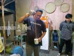 kuliner-kalsel-muhammad-mario-membuat-kopi-tarik-di-tempat-usaha-miliknya-warung-kopi-karoma.jpg