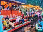 kuliner-kalteng-pengunjung-menikmati-wahana-perahu-di-dsilva-cafe-resto-kapuas-01092021.jpg