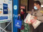kurniah-ambil-bansos-di-kantor-kecamatan-banjarmasin-barat-31072021.jpg