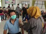 lansia-di-banjarmasin-sedang-menjalani-vaksinasi-covid-19.jpg