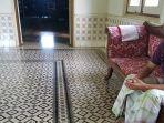 lantai-ruang-tamu-rumah-batu-di-pesayangan-martapura-berbahan-keramik-motif-rantai.jpg